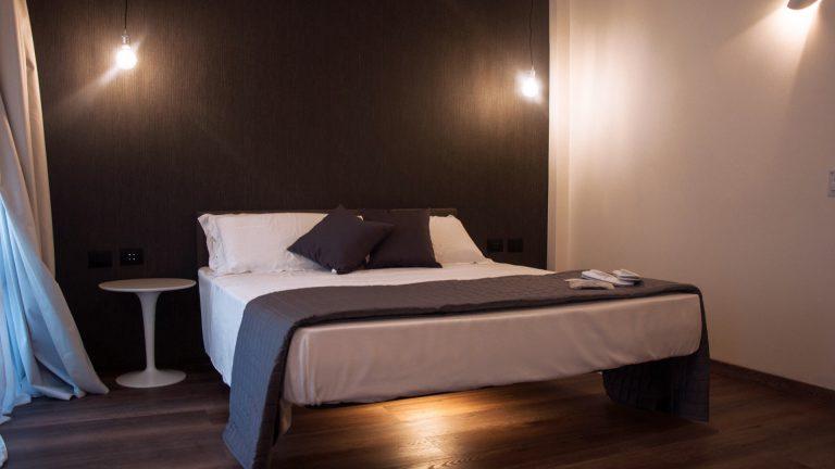 O Deluxe Double vista laterale del letto matrimoniale sospeso e illuminato sotto
